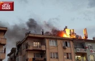 Binanın çatı katında çıkan yangın söndürüldü