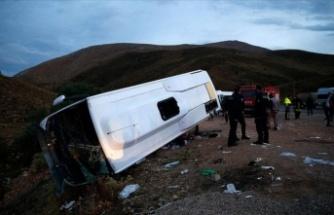 Sarız'da midibüs şarampole devrildi: 29 yaralı