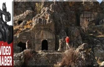 Çukurhisar kaya mezarları dikkat çekiyor