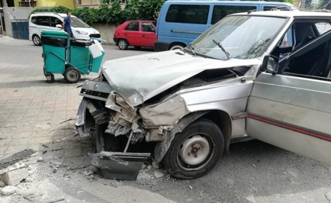 Seyir halindeki otomobil, yoldaki otomobile çarptı: 2 yaralı