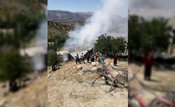 Kuru otların tutuşmasıyla çıkan yangın bir evi kül etti