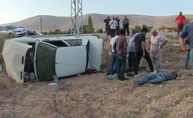 Otomobil, elektrik direğine çarparak devrildi: 3 yaralı