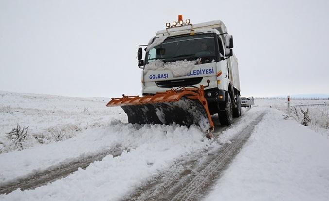Gölbaşı Belediyesi Ekipleri, 54 mahallede karla mücadele çalışmalarını sürdürüyor